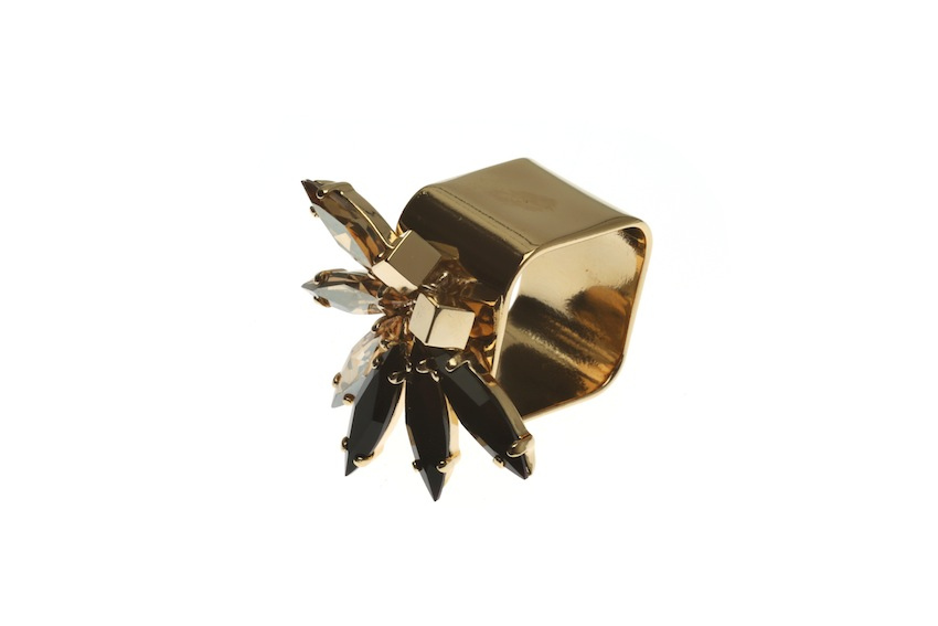 Extrawide ring with fluttering feather double