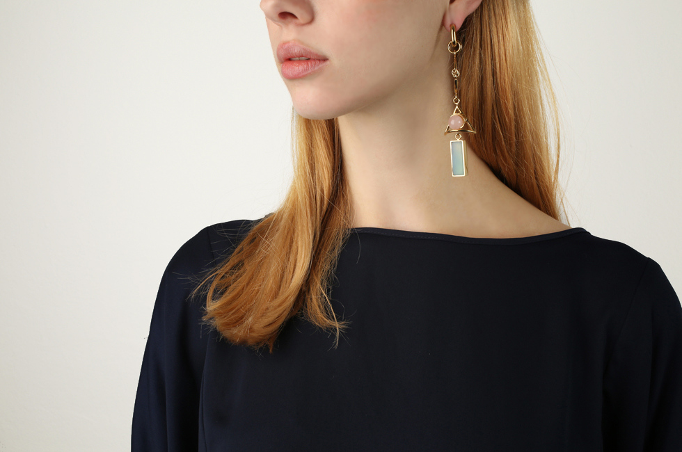Single circlet earring with Wise Dart