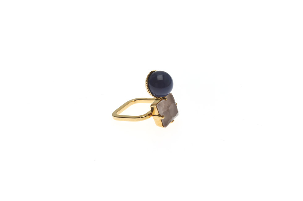 Fine Ring With Large Pearl and Carre