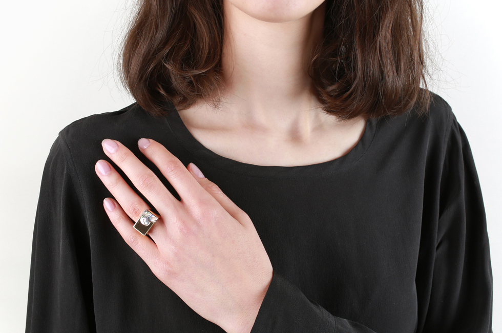 Wide ring heart signet